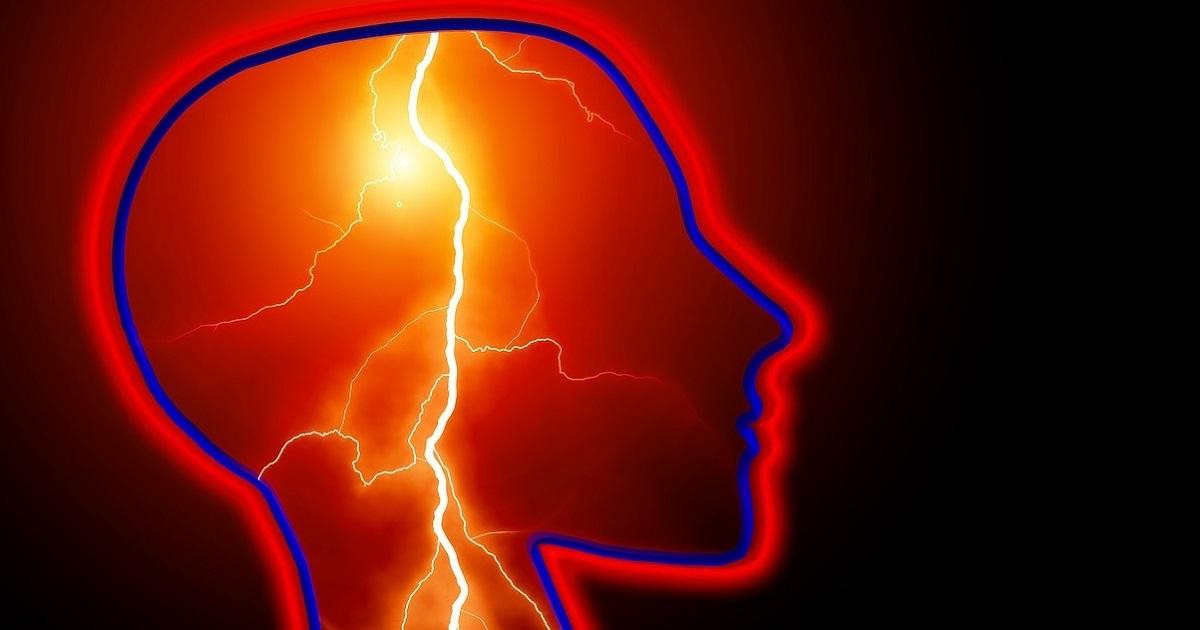 Udar mózgu albo uraz czaszkowo-mózgowy.